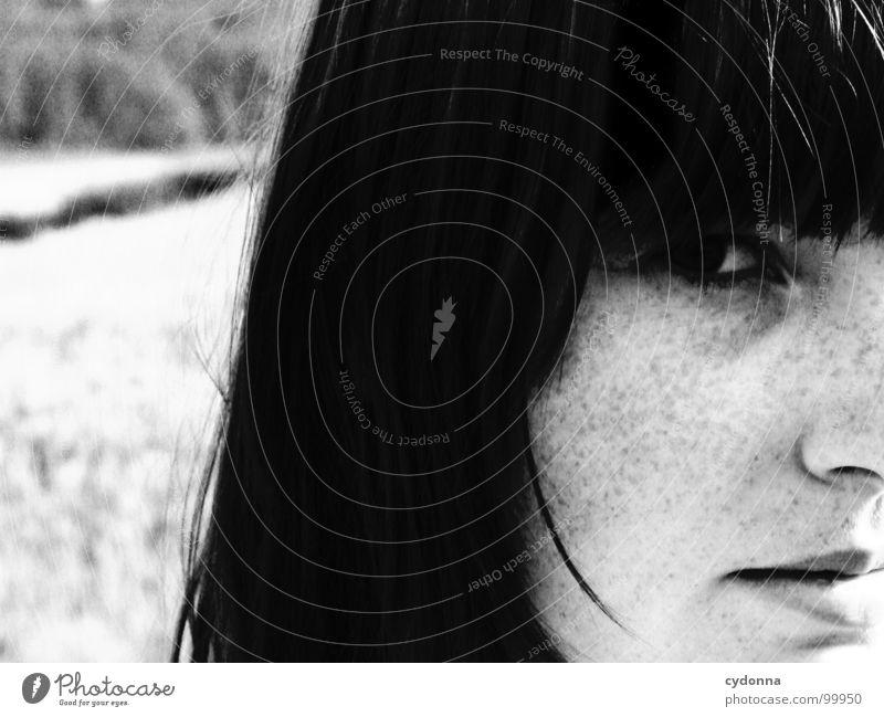 summer breeze Selbstportrait Frau Identität einzigartig Licht Denken dunkel Silhouette Sommersprossen Feld Schwarzweißfoto Mensch Gesicht face Blick Kontrast