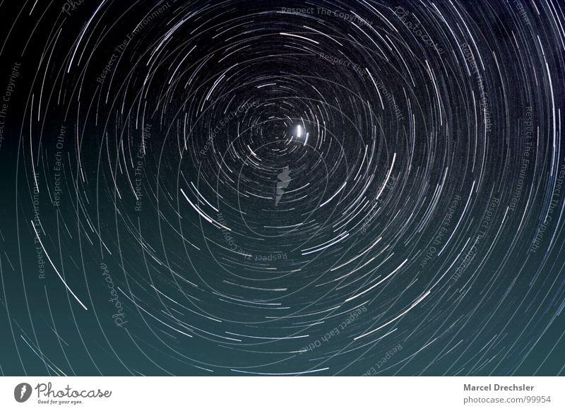 Polaris Polarstern Nacht schwarz weiß Langzeitbelichtung Mitte Himmelskörper & Weltall Sternkreise Kreis Himmelspol Nordpol Sternenhimmel