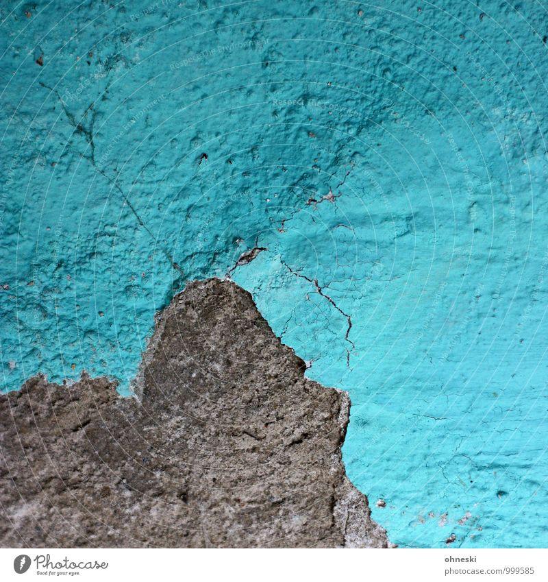 Berg Mauer Wand Fassade Putz Putzfassade Stein blau türkis Riss Farbfoto Außenaufnahme abstrakt Strukturen & Formen Textfreiraum rechts Textfreiraum oben Tag
