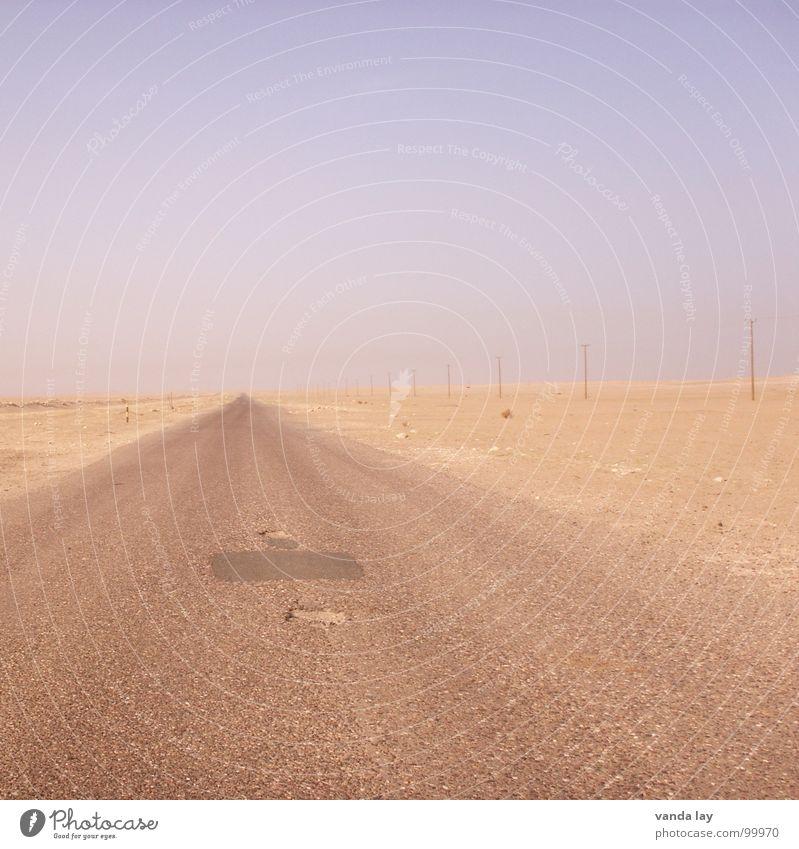 Highway To Hell Einsamkeit Straße Sand Linie Horizont leer Energiewirtschaft Wüste Asphalt Langeweile Verkehrswege Krieg Strommast geradeaus Fluchtpunkt Schlagloch