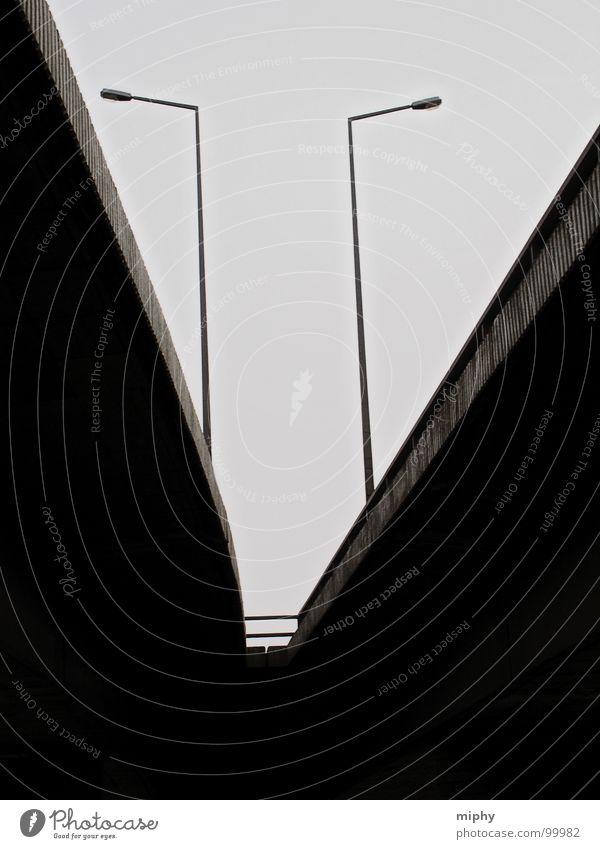 Carola C Ecke Laterne Licht Lampe Beton hart schwer fremd Brücke Schwarzweißfoto Dresden eckig Untersicht neue Perspektive Standort schroff Stadträume Kontrast