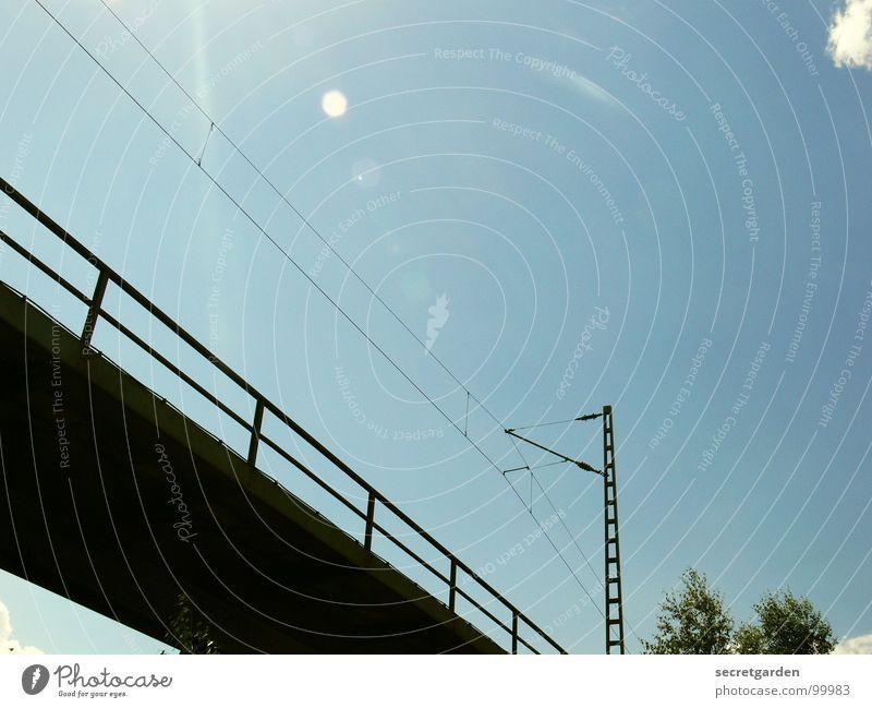 brücke mit strauch Himmel Sonne Wolken hell Raum hoch modern Elektrizität Eisenbahn Brücke fahren Technik & Technologie Industriefotografie Niveau Schönes Wetter Geländer