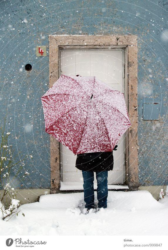 Rotschirmchen II Mensch Haus Winter kalt Wand Schnee Wege & Pfade Mauer Fassade Schneefall Tür stehen Kreativität Abenteuer Coolness Schutz