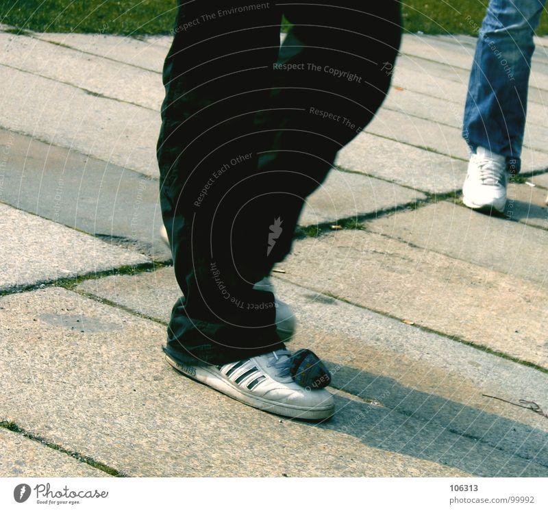 HACK THE WORLD - BALANCEAKT Pause Spielen Zeitvertreib Problematik Hacky Sack Stoff Korn Schuhe Hose Zufriedenheit Gleichgewicht Steinplatten Gras Wiese